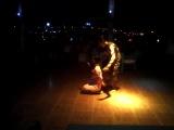 в Египте дяденька надевает на шею тетенки змею (кобру)