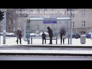 Социальная реклама из Норвегии провела эксперимент, усадив на скамейку мальчика без куртки.
